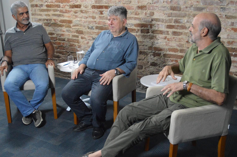 Jairo, Formiga e Walter sentados, conversando entre si.